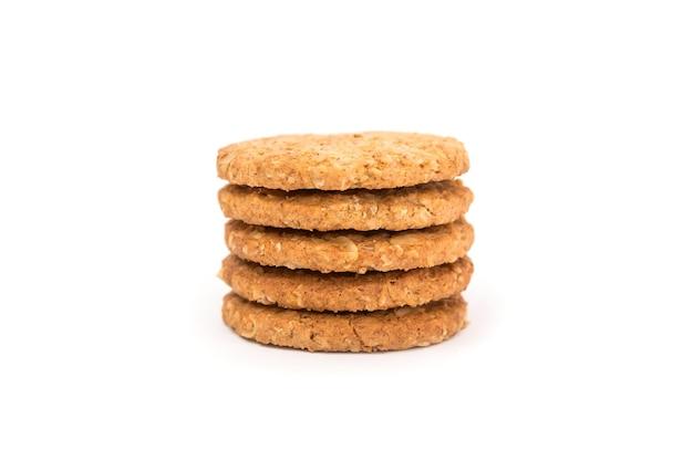 Biscotti ai cereali isolati su sfondo bianco. vista laterale