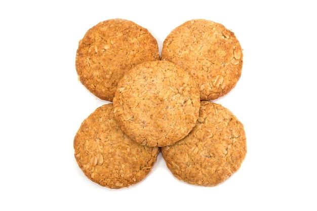 Biscotti ai cereali isolati su sfondo bianco. vista dall'alto.