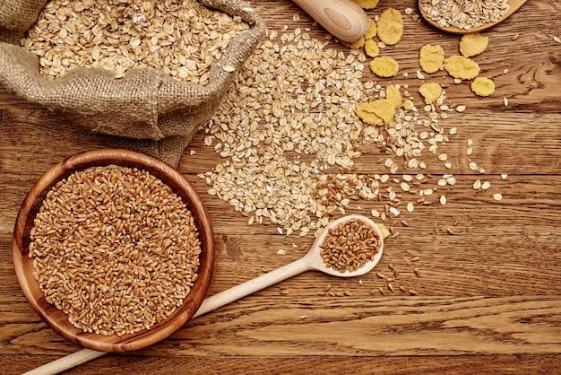Cereali che cucinano il fondo di legno dell'alimento del prodotto biologico?