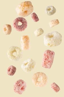 Fiocchi di cereali isolati con tracciato di ritaglio.