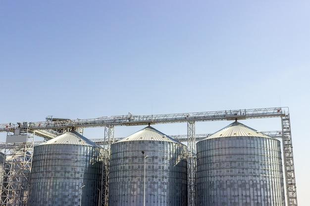Silos di cereali sotto il cielo blu. stoccaggio industriale