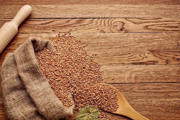 Cereali sul fondo di legno dei prodotti della cucina della tavola