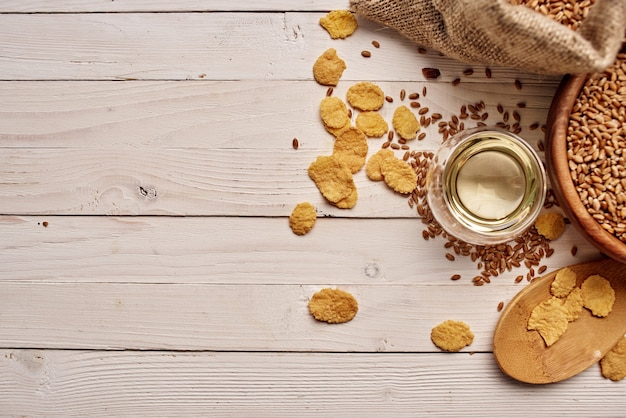 Cereali in un fondo di legno della prima colazione sana del sacchetto. foto di alta qualità