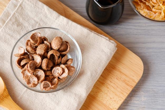 Sapore del cacao della prima colazione dei cereali in ciotola su napery. dall'alto concetto dell'alimento di vista e copi lo spazio