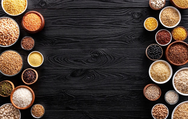 Cereali, granaglie, semi e semole su ciotole