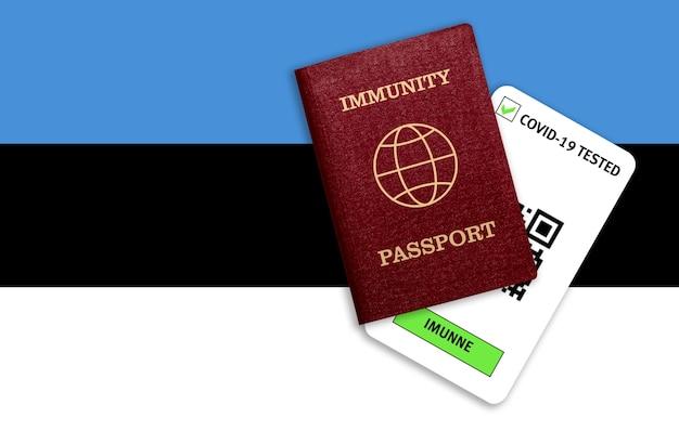 Certificato per viaggiare dopo una pandemia per le persone che hanno avuto il coronavirus o fatto il vaccino e il risultato del test per covid-19 sulla bandiera dell'estonia