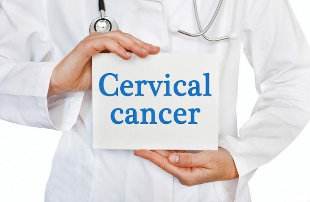 Carta di cancro cervicale nelle mani del medico