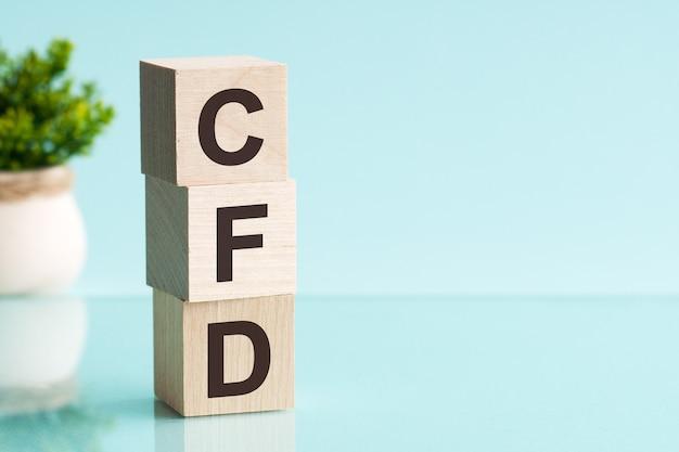 Abbreviazione cfd - contratto per differenza, su cubi di legno su una superficie leggera