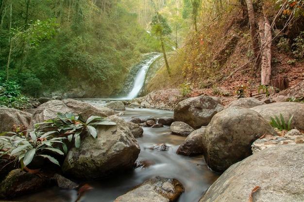 Cascata di chae son al parco nazionale di chae son, lampang tailandia. splendido paesaggio a cascata.