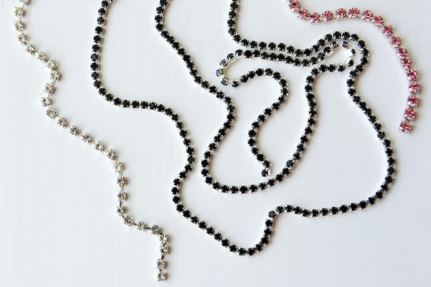 Catena di cristalli neri, trasparenti e rosa