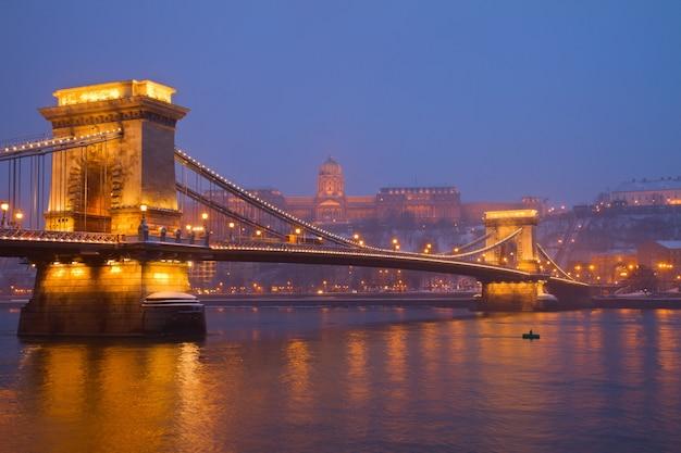 Ponte delle catene, palazzo reale e danubio a budapest di notte, ungheria