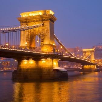 Ponte delle catene (szechenyi lanchid) e il fiume danubio di notte, budapest, hungary