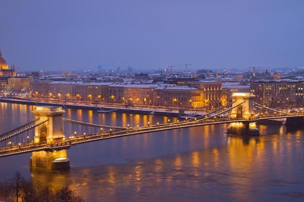 Ponte delle catene (szechenyi lanchid) e il fiume danubio di notte dall'alto, budapest, hungary