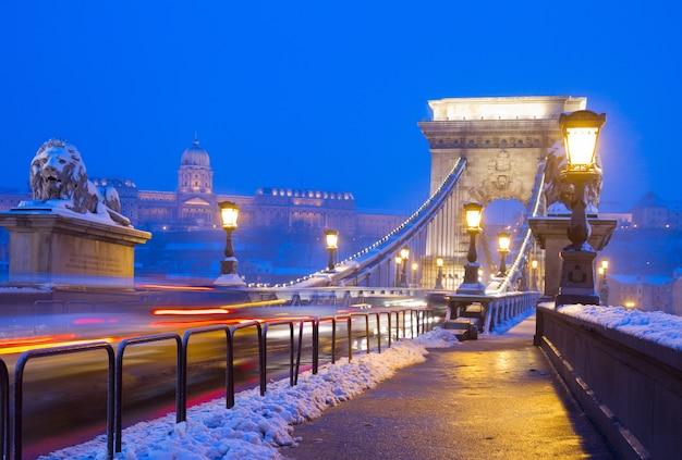 Ponte delle catene (szechenyi lanchid) di notte, budapest, ungheria