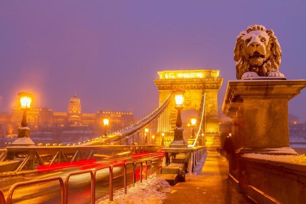 Ponte delle catene (szechenyi lanchid) durante la notte invernale a budapest, ungheria