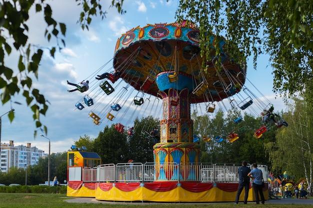 Rotonda a catena nel parco cittadino. cheboksary, russia, 19/08/2018