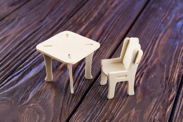Macro di tavolo e sedia sulla tavola di legno