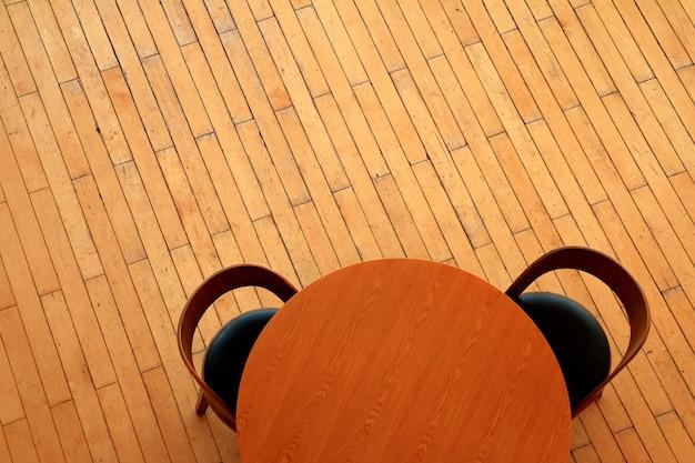 Sedia e tavolo sul pavimento in legno
