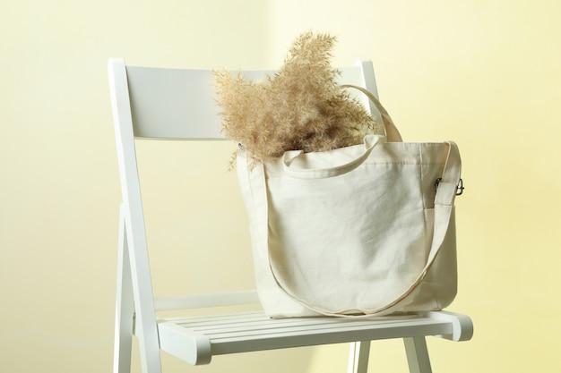 Sedia con elegante borsa ecologica con canne