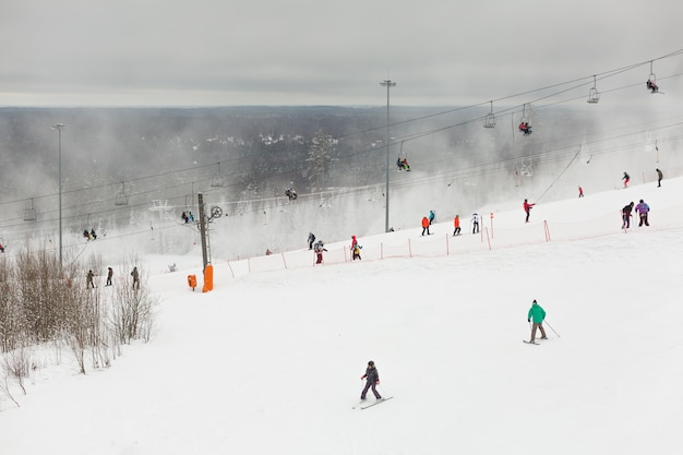 Seggiovia con sportivi sulle piste dello snow park in russia.
