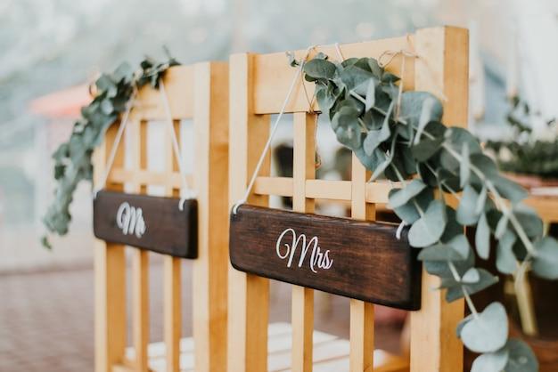 Sedie per gli sposi decorate con fiori con cartelli mr e mrs per cerimonia di matrimonio