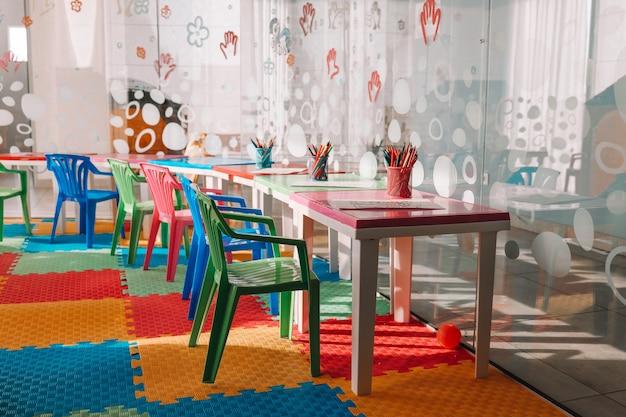 Sedie, tavolo e giocattoli. interno dell'asilo