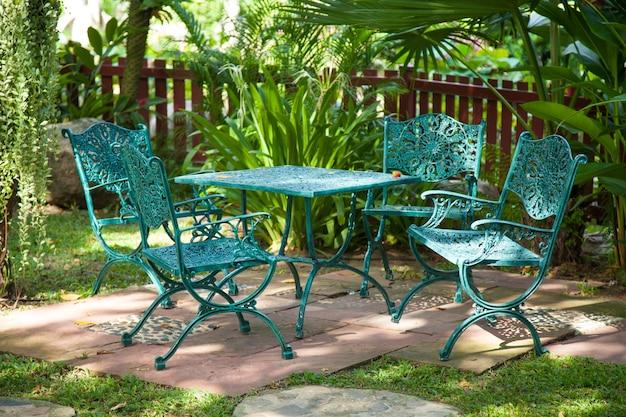 Sedie e tavoli, situati in giardino.