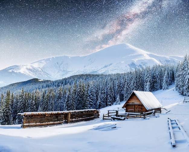 Chalet in montagna di notte sotto le stelle.