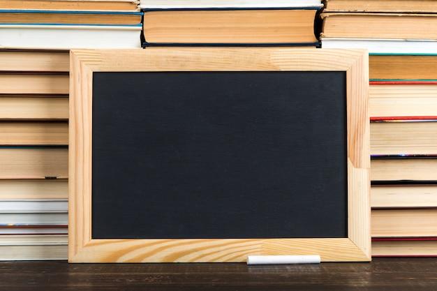 Gesso bordo nero e gesso, contro i libri, copia spazio.