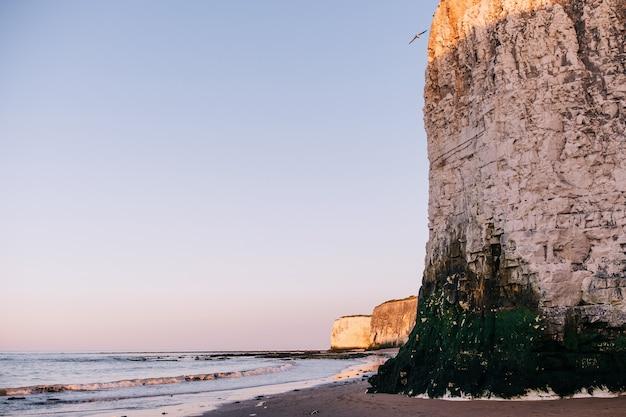 Scogliere di gesso a botany bay beach a broadstairs sulla costa del kent england regno unito al tramonto