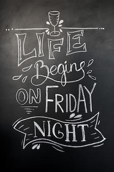 Lettere disegnate a mano di gesso. la vita inizia il venerdì sera scritte