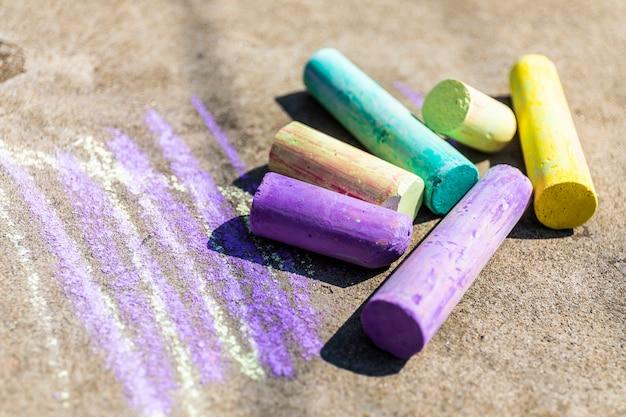 Bastoncini di gesso vari colori da vicino, arcobaleno colorato gesso pastello per bambini in età prescolare, capretto stazionario per educazione pittura d'arte, uguaglianza o lgbt bandiera gay pride o bel concetto di vita