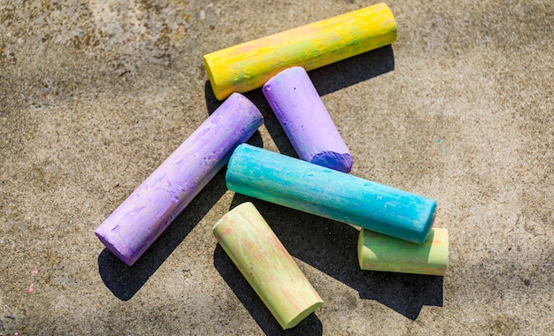 Bastone di gesso vari colori da vicino, pastello di gesso colorato arcobaleno per bambini in età prescolare, bambino fermo per educazione alla pittura artistica, uguaglianza o bandiera dell'orgoglio gay lgbt o bellissimo concetto di vita