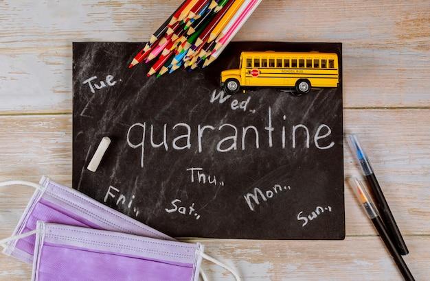 Lavagna, matite e bus giocattolo. quarantena a scuola per il concetto di studente.