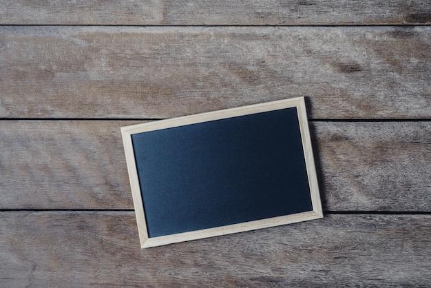 La lavagna sul cavalletto sul pavimento di legno