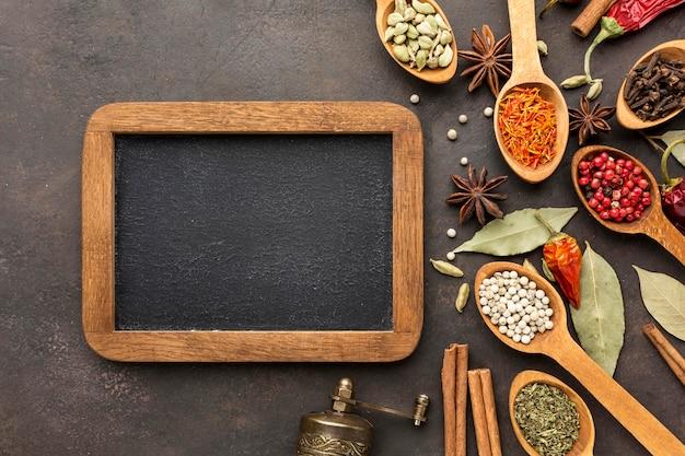 Lavagna e cucchiaio di legno con spezie