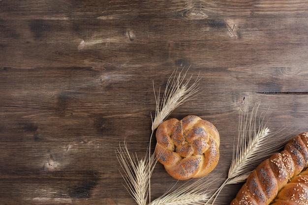 Pane di challah su fondo di legno rustico, vista superiore, spazio della copia