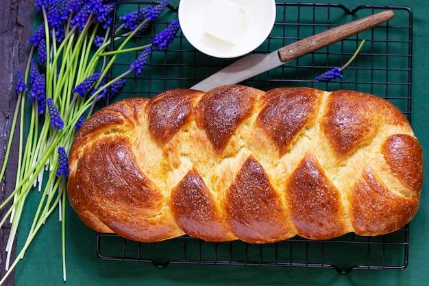 Challah a base di pasta lievitata, un tradizionale pane da dessert festivo. messa a fuoco selettiva.