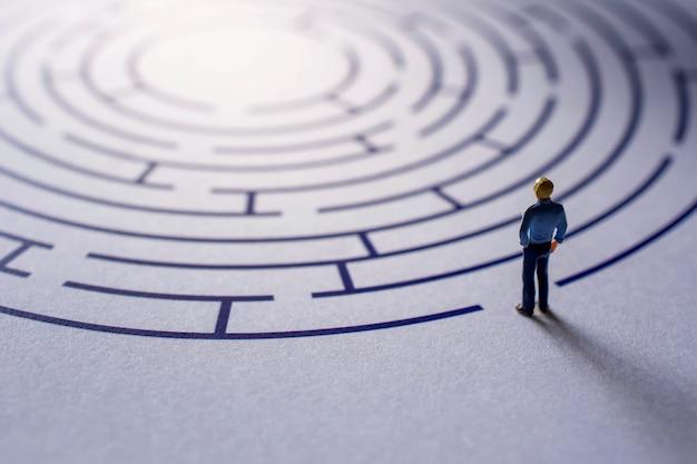 Sfida e concetto di successo. presente da miniature figure Foto Premium