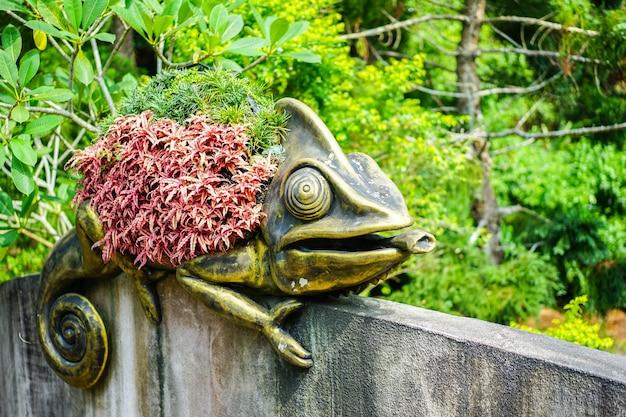 Una statua in bronzo camaleonte con un fiore sul dorso decorata nello zoo di taipei