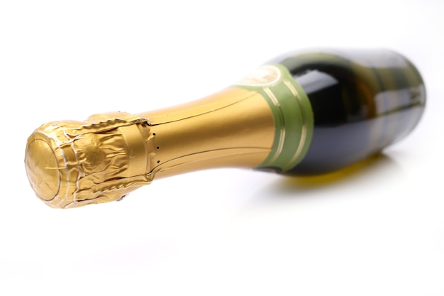 Bottiglia di champagne su uno sfondo bianco