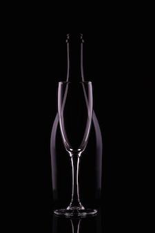 Bottiglia di champagne con bicchiere di champagne