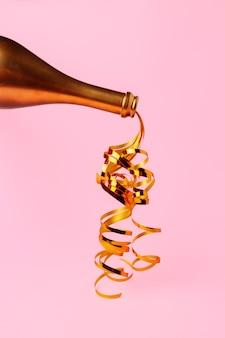 Bottiglia di champagne con stelle filanti piatto laici sullo sfondo di natale