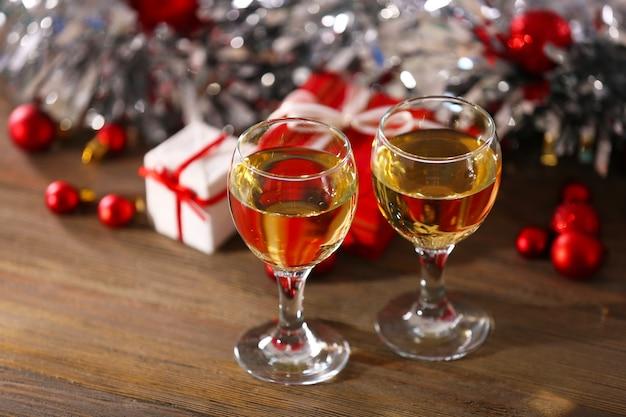 Champagne e decorazioni natalizie su sfondo luminoso