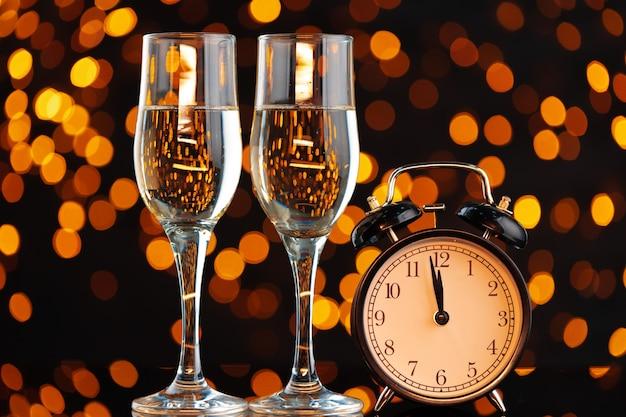 Bicchiere di champagne su luci ghirlande sfocate