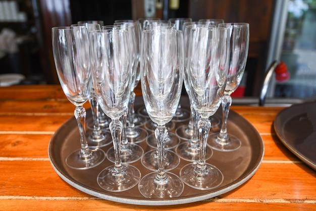 Supporto in vetro di champagne sul tavolo bicchiere da vino