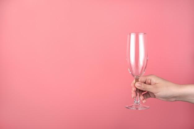 Bicchiere di champagne sulla mano di una donna