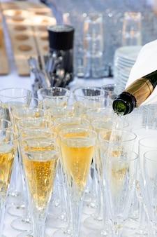 Concetto di festa all'aperto bicchieri di champagne