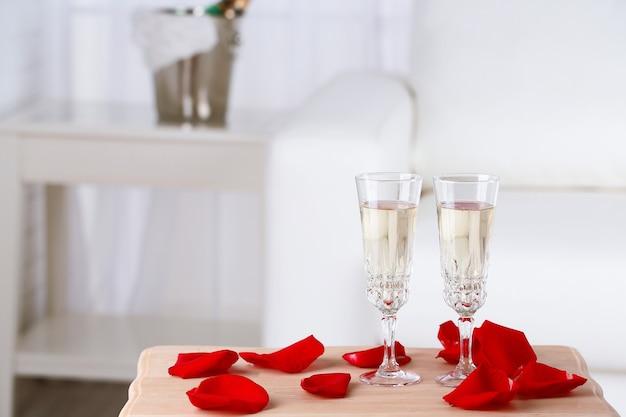 Bicchieri di champagne e petali di rosa per festeggiare san valentino