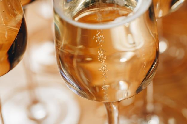 Vetri di champagne sul primo piano della tavola.
